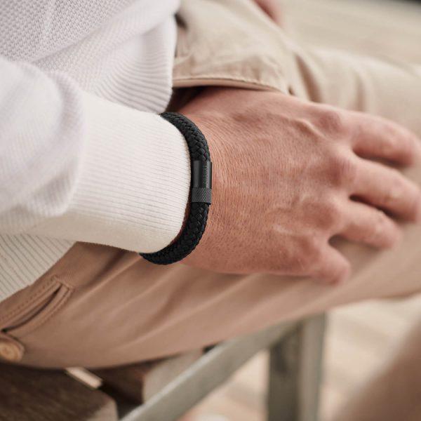 Zwarte armband met zwarte sluiting om de pols