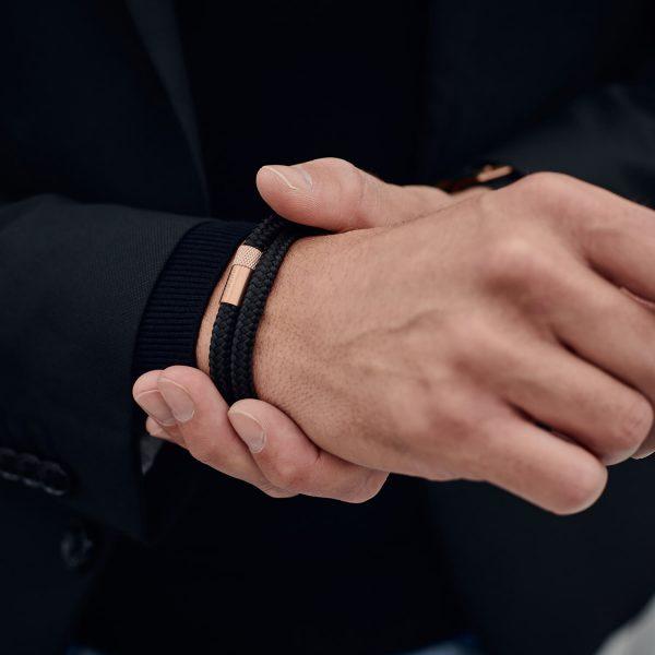 Dubbele zwarte armband met rosé gouden sluiting van staal