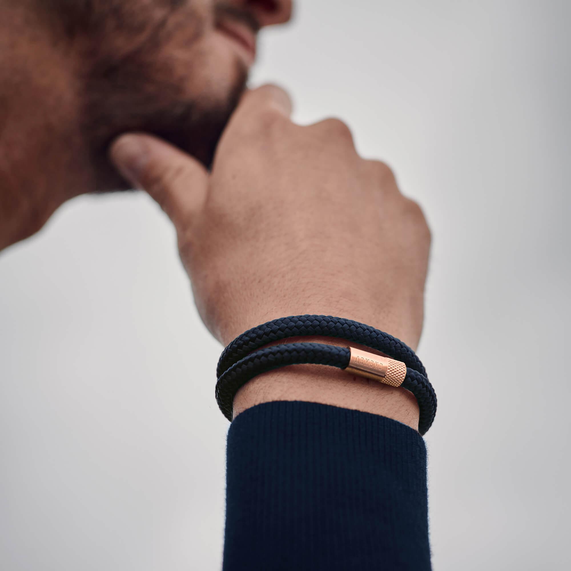 Dubbele armband in donkerblauw met rosé gouden sluiting