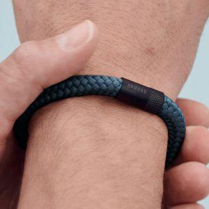 Donkergrijze armband met zwarte stalen sluiting