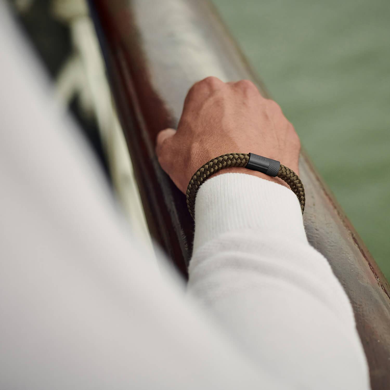 Legergroene armband met zwarte sluiting van staal