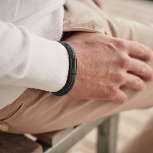 Donkergrijze stoere armband met zwart sterk staal
