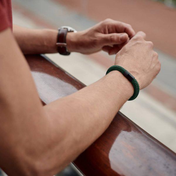 Donkergroene armband van touw met zwarte stalen sluiting