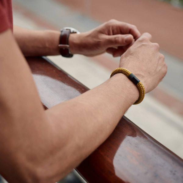 Okergele stoere touw armband met zwart staal