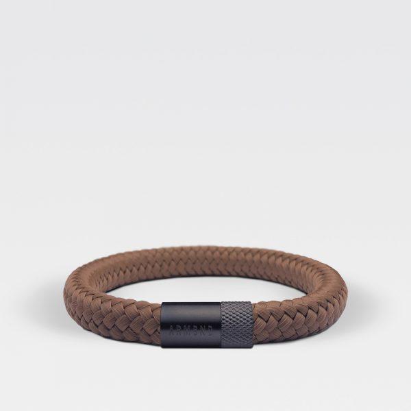 Gevlochten kaneelbruine armband van ARMBND met zwarte roestvrij stalen sluiting
