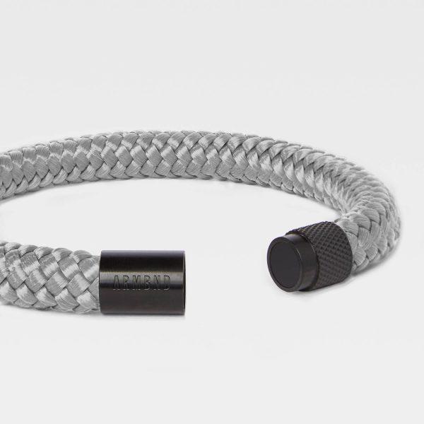 De grijze heren armband met zwarte magneet sluiting