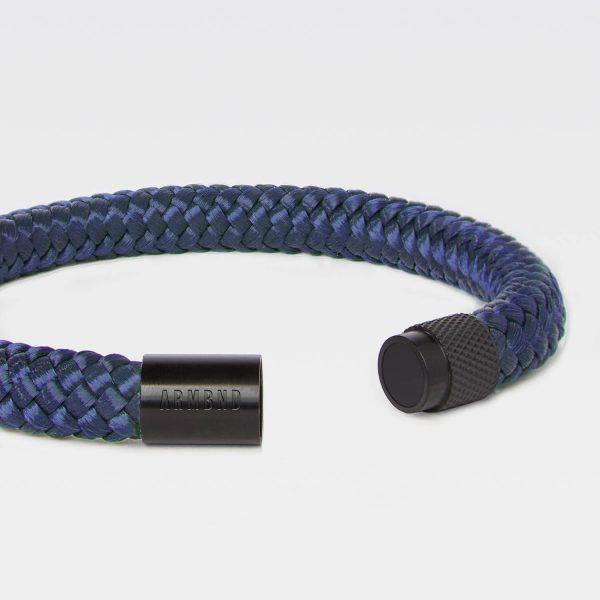 De blauwe ARMBND met zwarte sluiting