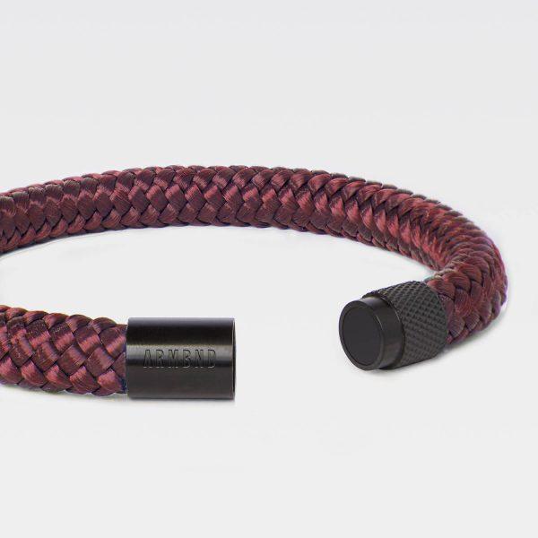 De burgundy rode ARMBND met zwarte sluiting
