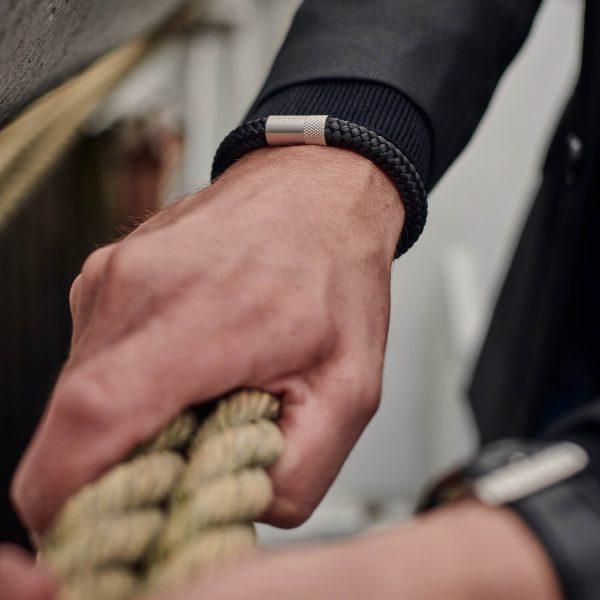 Donkergrijze armband met zilveren stalen sluiting