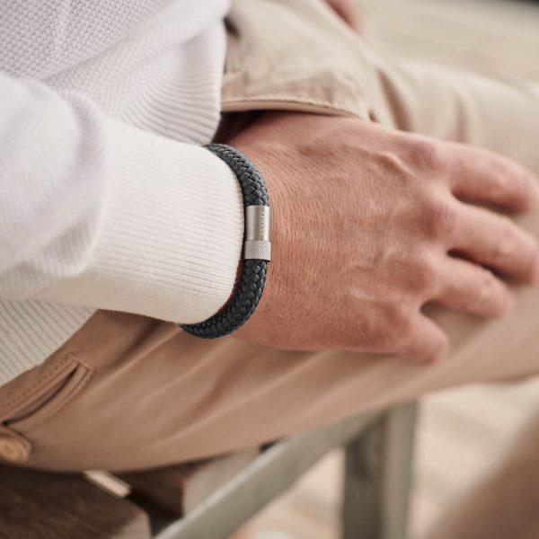 Donkergrijze armband met zilver staal