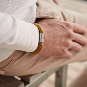 Okergele armband met zilver