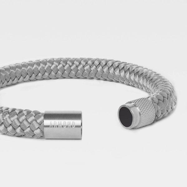 De grijze heren armband met zilveren magneet sluiting