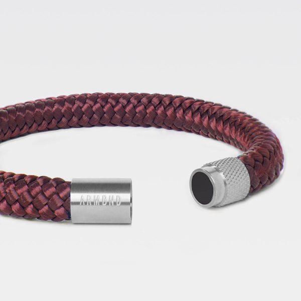 De burgundy rode ARMBND met zilveren sluiting