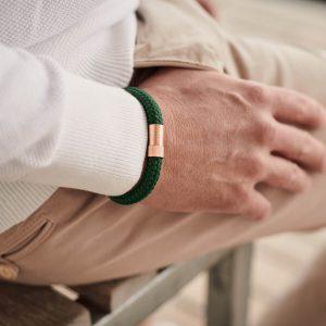 Donkergroene armband van touw