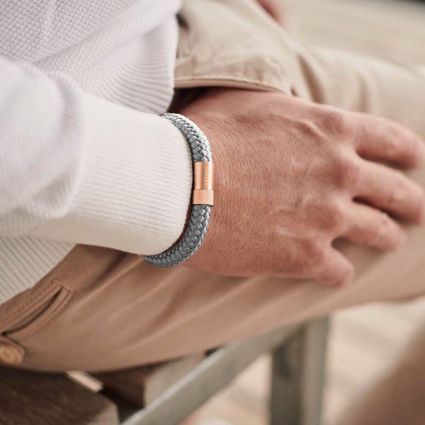 De grijze heren armband met magneet sluiting