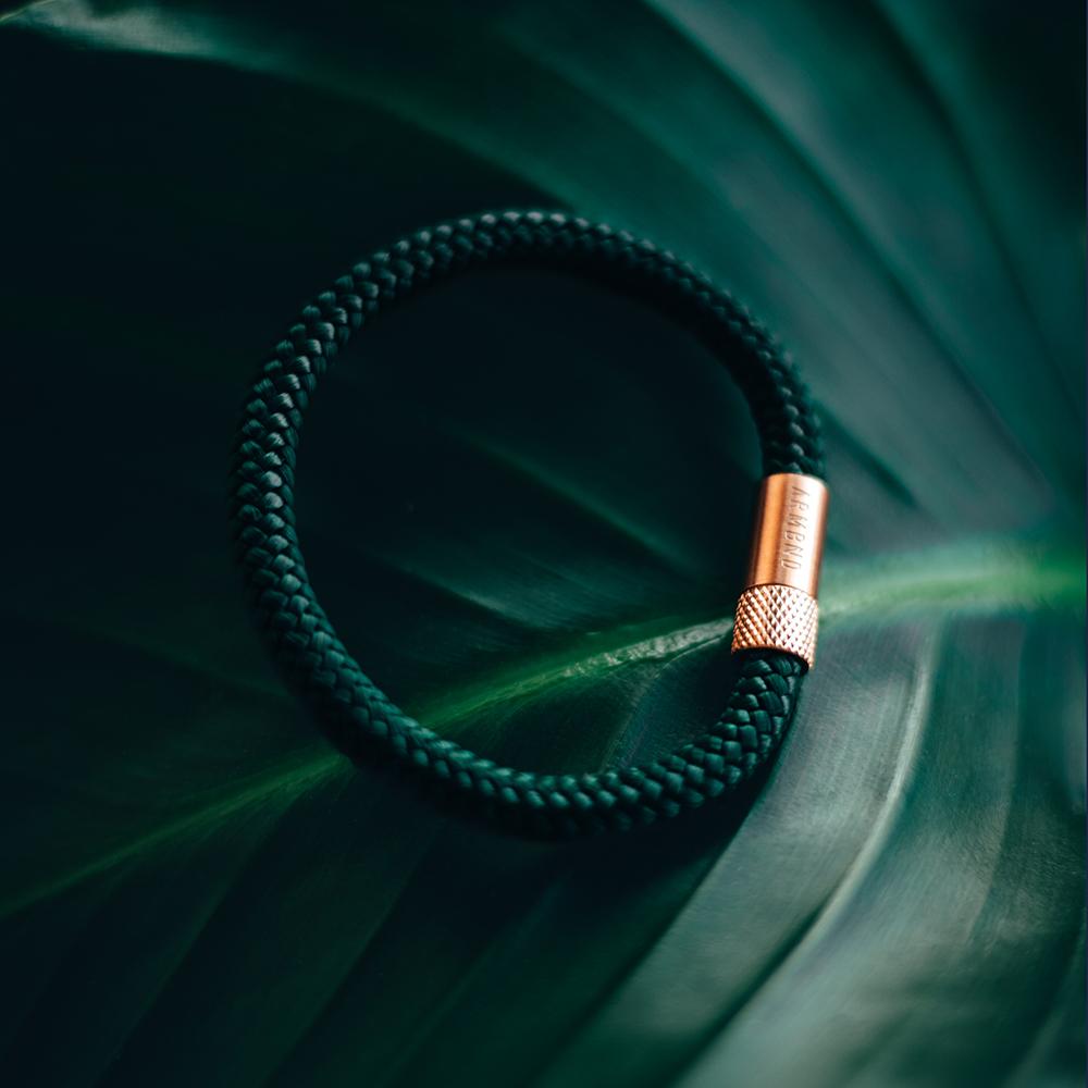 Minimalist heren armband op een groen blad