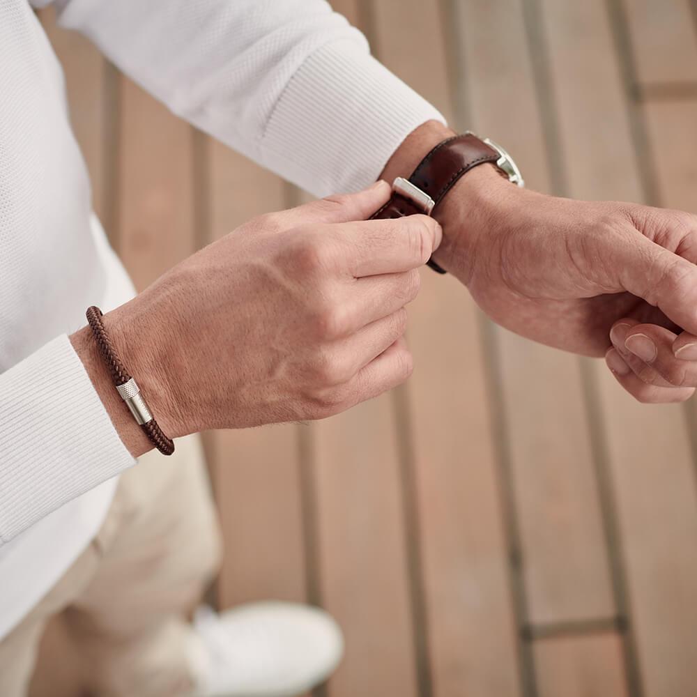 The minimalist: dunne bruine touw armband met zilveren sluiting