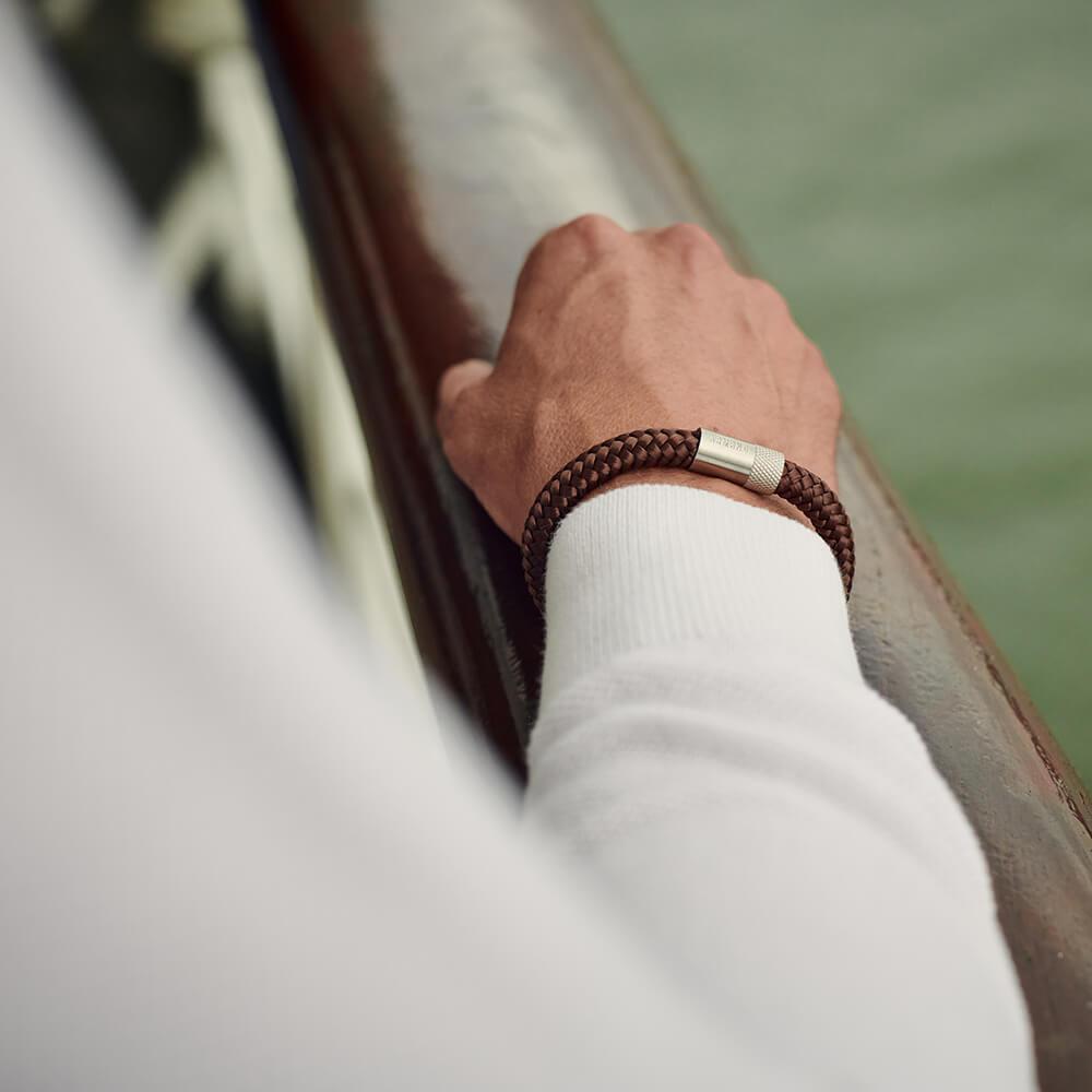 The original: bruine touw armband met zilveren sluiting